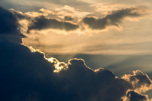 日の出または日没の空のパノラマ。