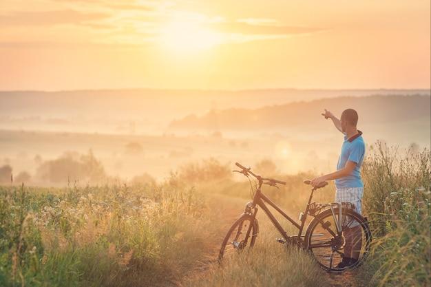 屋外自転車を持つ男。