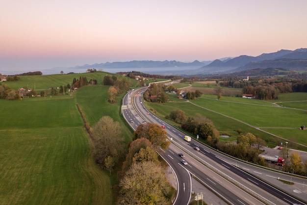 Сверху вниз вид с воздуха шоссе шоссе между штатами с движущимися автомобилями в сельской местности
