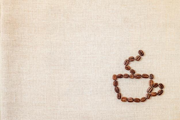Кофейные зерна на фоне ткани.