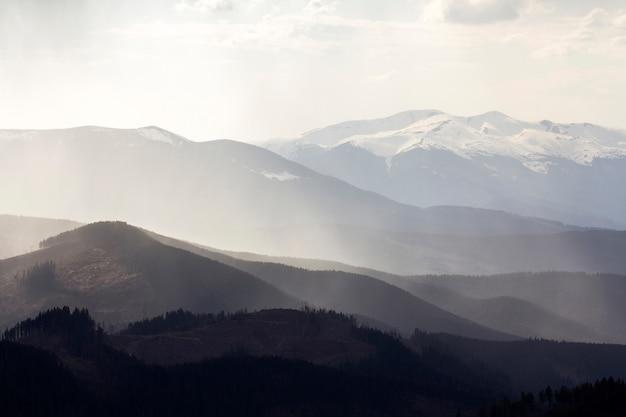 常緑樹の森に覆われたカルパティア山脈。