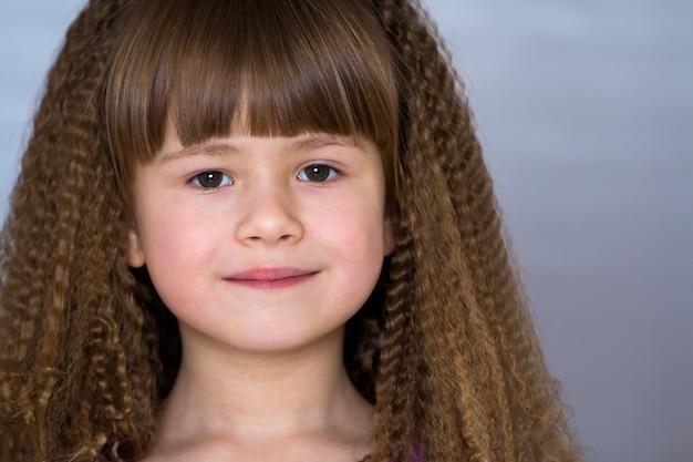 美しい太い髪の幸せな笑顔の少女の肖像画
