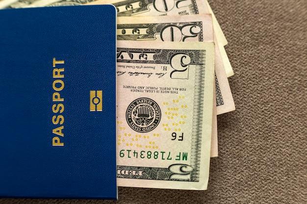 旅行パスポートとお金、コピー領域の背景、上面にアメリカのドル紙幣手形。旅行と金融の問題の概念。