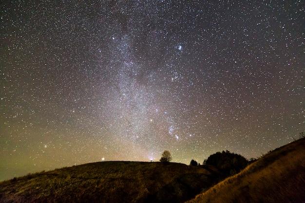 黒い星空の下の丘の眺め