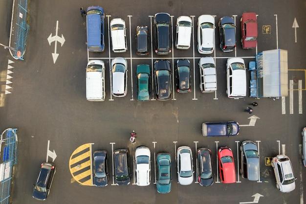 駐車場に駐車している多くの車