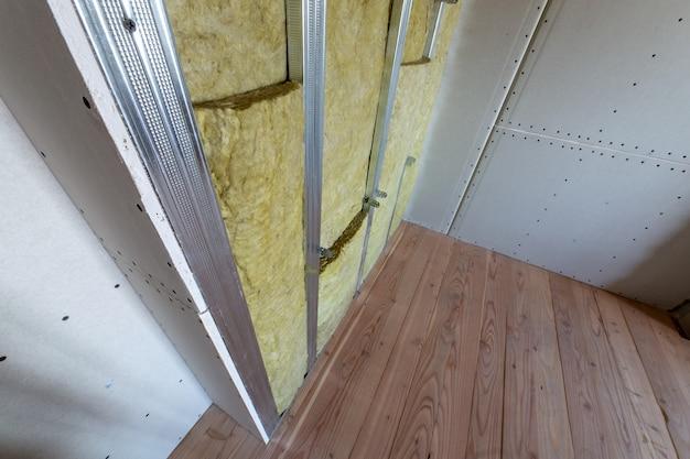 ミネラルロックウール断熱材で改装中の部屋の壁