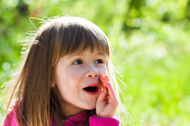 顔の表情を叫んで小さなかわいい女の子のクローズアップの肖像画