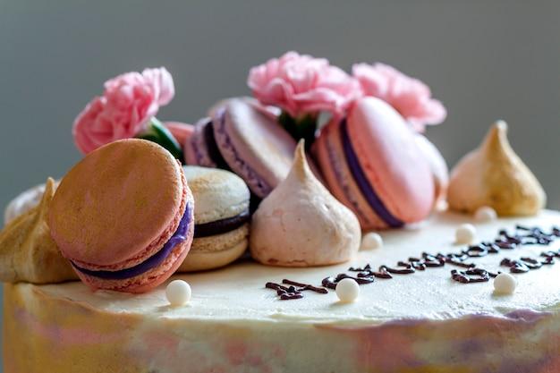 Сладкий красочный торт с французским миндальным печеньем на вершине