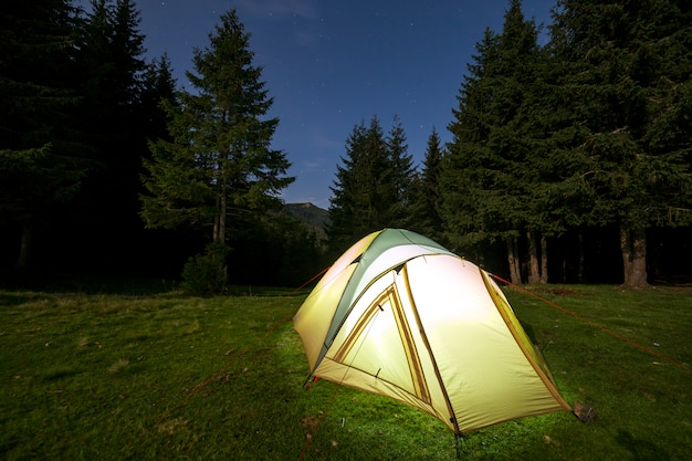 夜の夏のキャンプ。