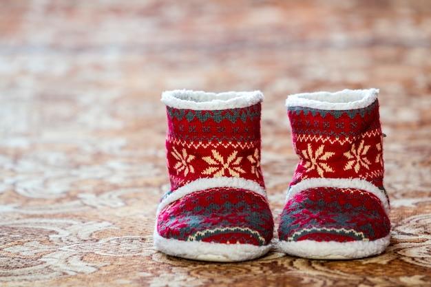 Красные зимние рождественские сапоги с орнаментом