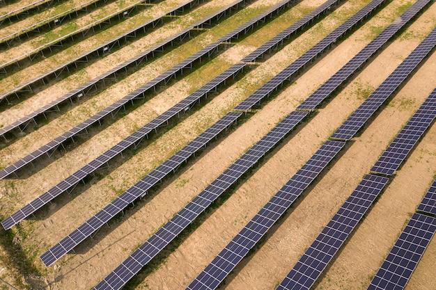 Аэрофотоснимок солнечной электростанции. электрические панели для производства экологически чистой энергии.