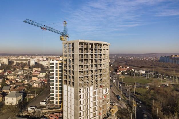 Вид с воздуха на бетонную рамку высокого жилого дома под строительство в городе.