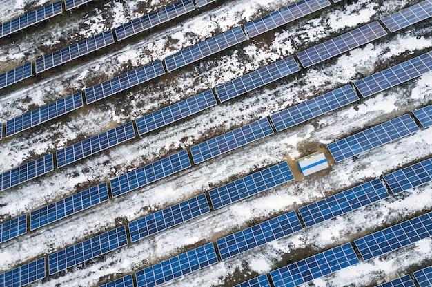 Синяя солнечная фотоэлектрическая система, производящая возобновляемую экологически чистую энергию в сельской местности зимой.