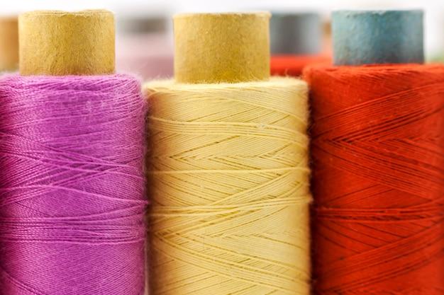 色とりどりのミシン糸のリールまたはスプール