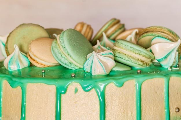 Сладкий кремово-зеленый пирог с макарунами сверху
