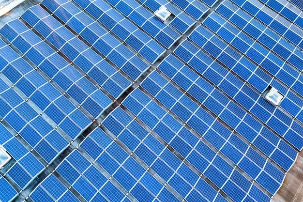 産業用建物の屋根に取り付けられた太陽光発電太陽電池パネル。