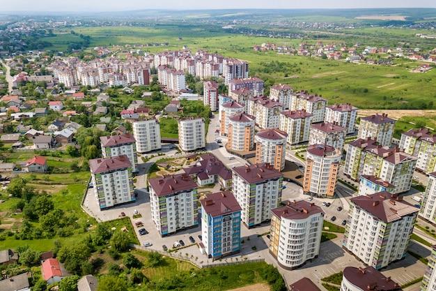 Вид сверху на квартиры или офис высотных зданий, припаркованные автомобили, городской городской пейзаж.