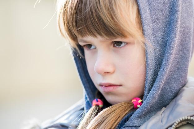 Портрет девушки счастливого ребенка в теплую одежду осенью.