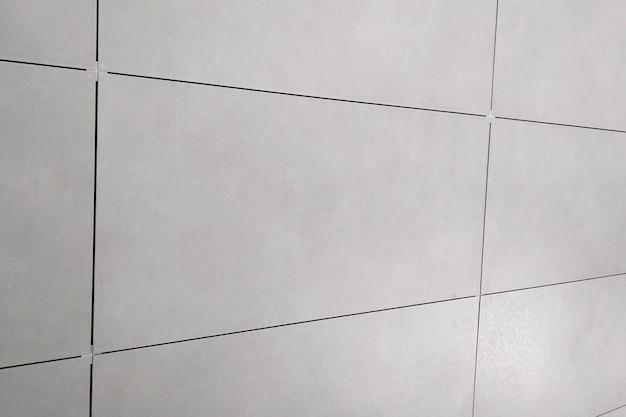 モルタル接着剤への壁セラミックタイルの取り付け。