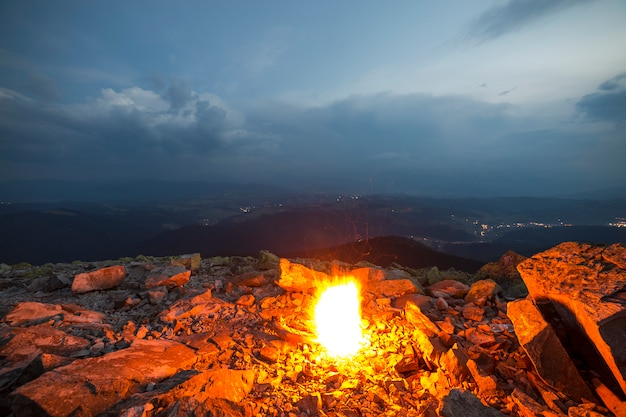 Яркий огонь горит на скалистой горе