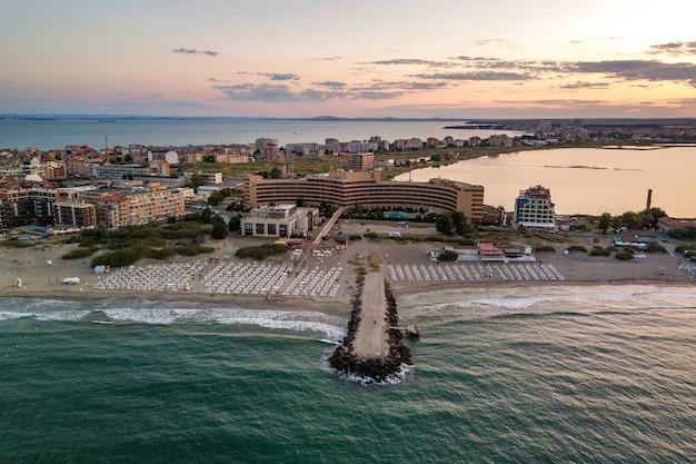Вид сверху на песчаные пляжи с множеством зданий отеля