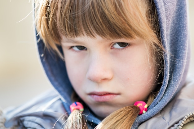 Портрет счастливого ребенка девушка в теплой одежде осенью на открытом воздухе