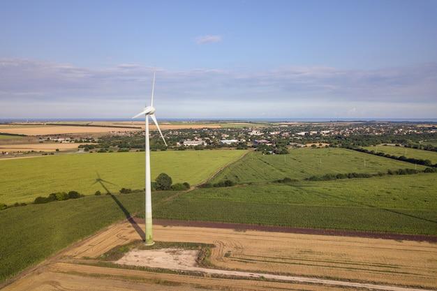 Аэрофотоснимок ветрогенераторов в поле производства экологически чистого электричества.