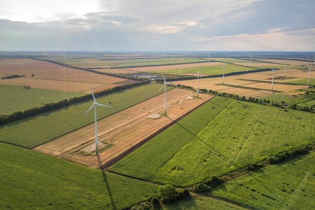 クリーンな生態学的な電気を生産するフィールドの風力タービン発電機の空撮。