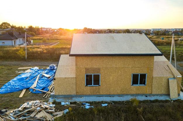 Строительство нового и современного модульного дома. стены изготовлены из композитных деревянных панелей с теплоизоляцией из пенопласта внутри. строительство новой рамы энергоэффективного дома концепции.