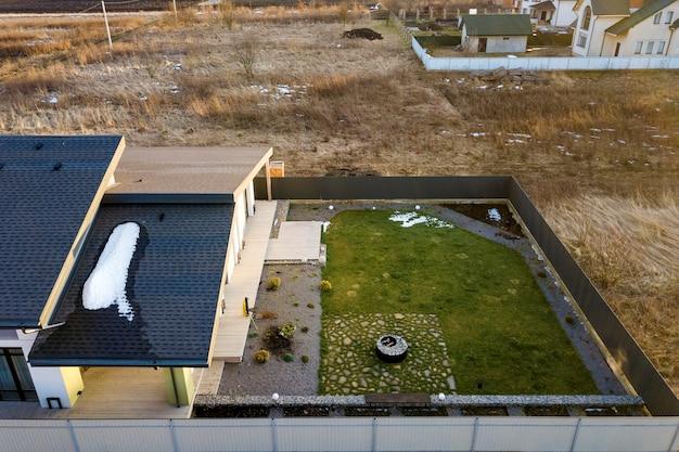 新しい住宅のコテージの空中のトップビュー