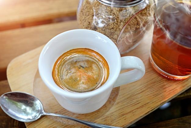 小さなショットカップのエスプレッソコーヒー。