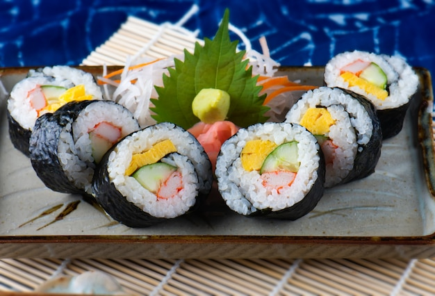 Японская суши ролл резки.