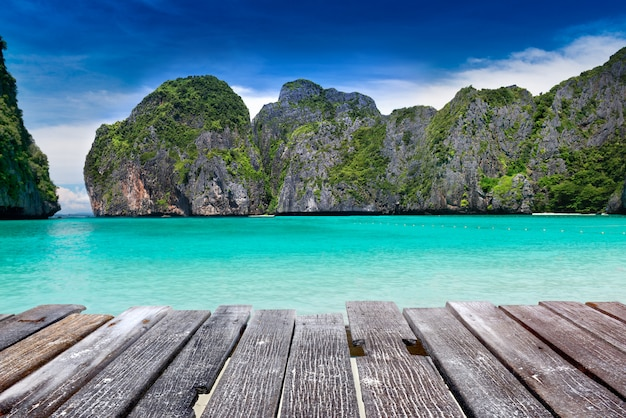 アンダマン海の風景にあるピピレー島のマヤ湾。