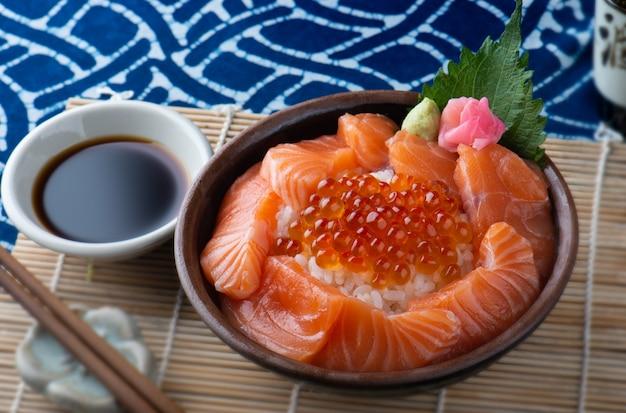 Лосось сашими и икра лосося с рисом.