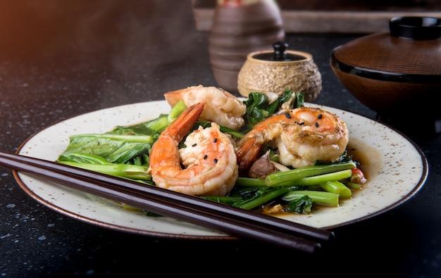 Китайская брокколи, обжаренная с креветками.