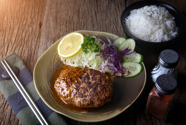 Хамбергер по-японски или хамберг подаются с соусом.