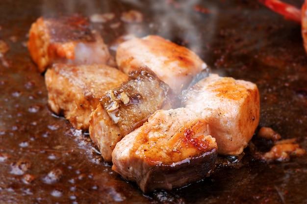 サモン鉄板焼き料理スタイル