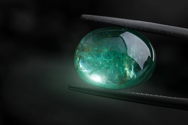 エメラルドの宝石の緑色が輝いています。