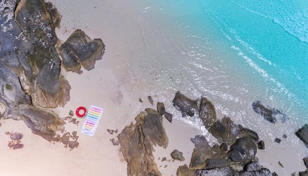 Взгляд сверху от неба волны моря и ландшафта пляжа песка.