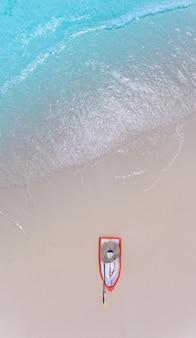 海の波と砂浜の風景の空からの平面図。