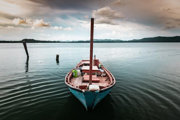 海岸湖の景観で漁業木製ボート。