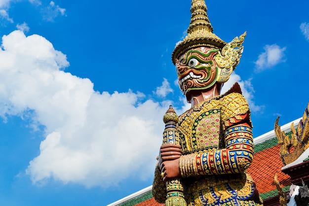 バンコクの壮大な宮殿で悪魔の守護者。