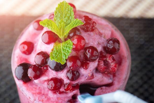 Смешанный ягодный коктейль с йогуртом.