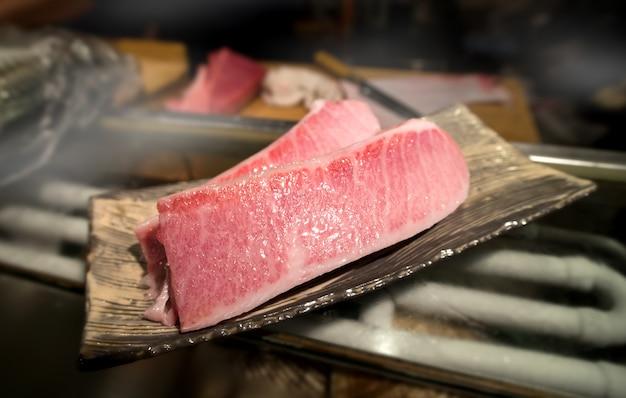 Резка оторо из голубого тунца для сашими.
