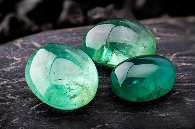 Изумрудные драгоценности драгоценного камня.