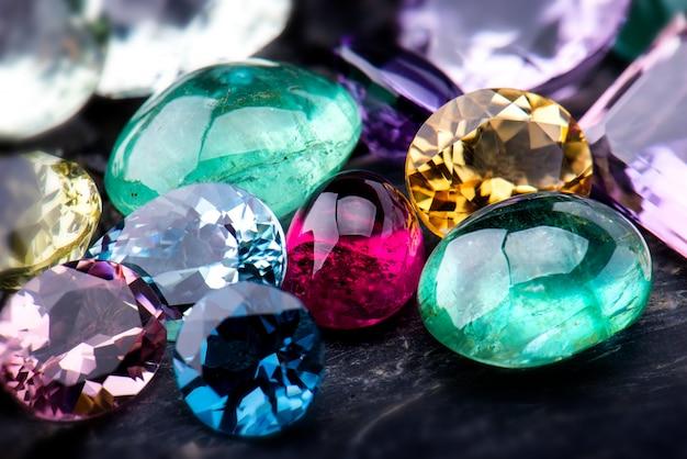 Набор ювелирных украшений из коллекции драгоценных камней.