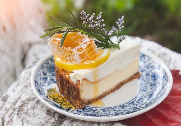 蜂の巣のトッピングと蜂蜜チーズケーキ。