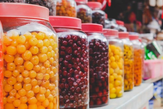 ガラスの瓶に漬けた果物