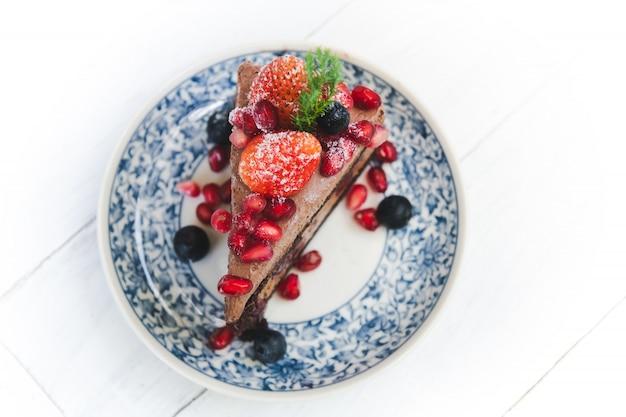イチゴとベリーのフルーツをトッピングしたチョコレートケーキ。