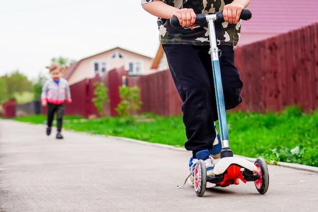 スタジアムで子供乗馬スクーター